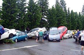 Autos aufeinander gehaeuft